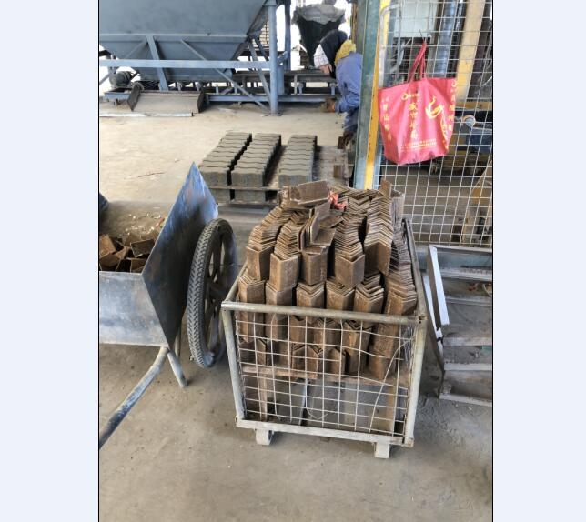锰钢板加墩,防止砖面破损